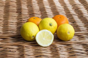 Cytryny i mandarynki na wiklinowej teksturze