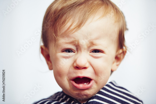 Boy is crying - 76250824