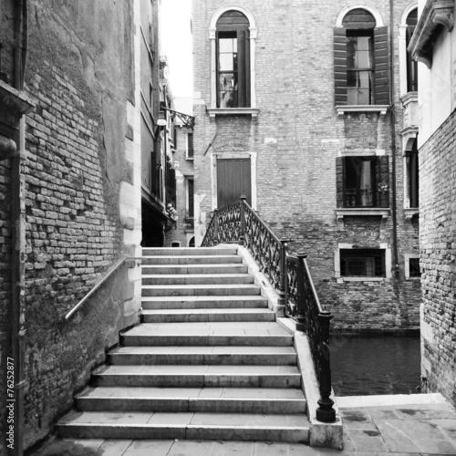 Brücke über Kanal in Venedig - 76252877