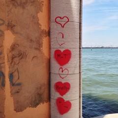 Rote Herzen in Venedig