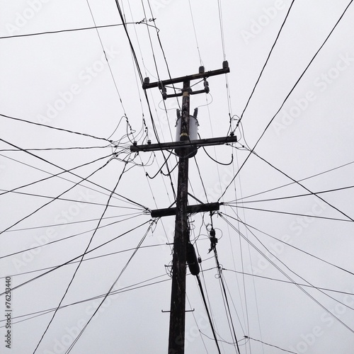 Viele Kabel an Strommast