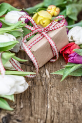 geschenk mit blumen tulpen