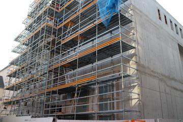 Gerüst vor neuem Betonbau