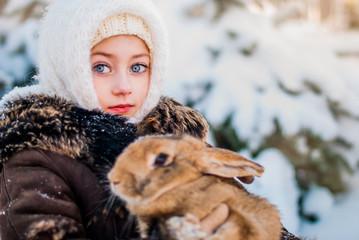 Девочка и кролик зимой