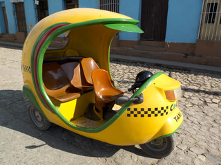 Taxi jaune en forme d'oeuf à Trinidad, Cuba.