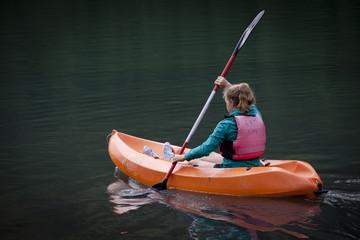 bambina in canoa