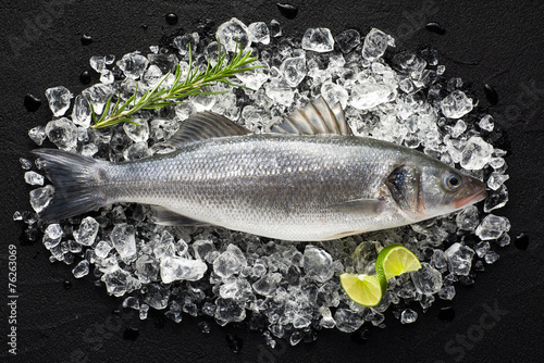 Foto op Plexiglas Vis Fresh fish on ice on a black stone table top view