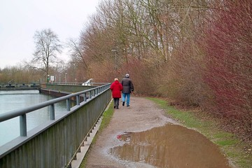 Am Kanal spazieren gehen