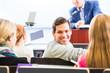 Studenten im Uni Hörsaal bei Vorlesung