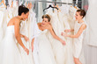 Leinwanddruck Bild - Frauen haben Spaß bei Brautanprobe im Laden