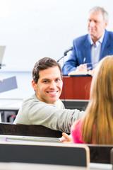 Studenten in Universität bei Vorlesung
