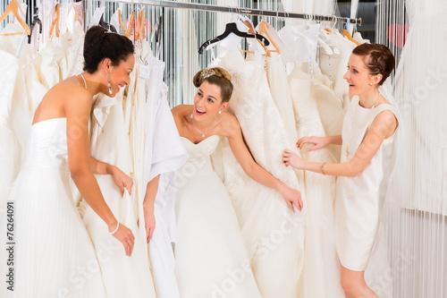 Frauen haben Spaß bei Brautanprobe im Laden - 76264091