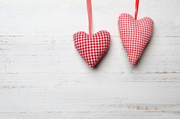 2 Herzen mit Holzhintergrund