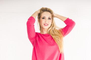 Chica Rubia Europea, con sudadera rosa posando de frente
