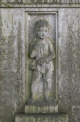 Jüngling auf Grabstein