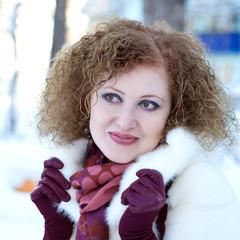 Модная девушка в белой норковой шубе