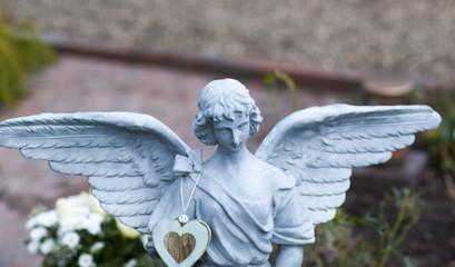 Engel mit ausgebreiteten Flügeln