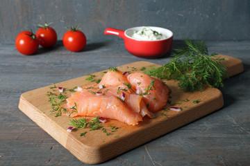 salmone affumicato a fette su legno