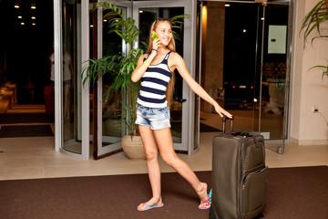 Девушка с чемоданами