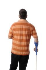 Mann mit einer Stützbandage am Handgelenk und Gehhilfe