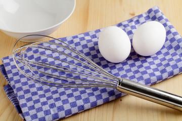 Schneebesen und Eier