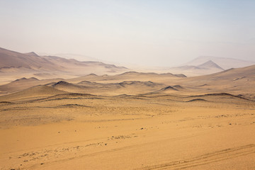 Perù: Riserva di Paracas, il deserto. Nebbia all'orizzonte