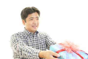 プレゼントを持つ笑顔の男性