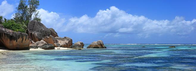 lagon bleu et côte de anse source d'argent