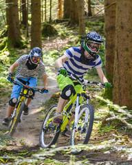 Downhill-Rennen im Wald