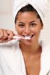 Frau putzt ihre Zähne