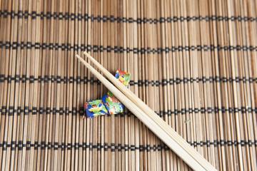 Bambus stöbchen auf handgemachtem Origami Halter