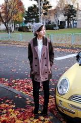 紅葉と車と女性