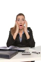 Frau schreit im Büro