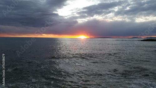 canvas print picture Wolkiger Sonnenuntergang über dem Meer