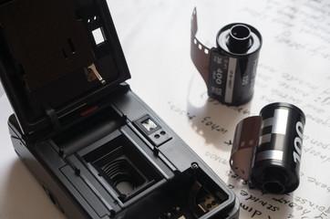 裏蓋を開けたカメラとフィルム