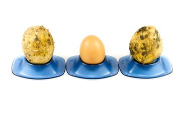Frisches Ei mit Kartoffeln im Eierbecher