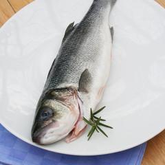 branzino fresco su piatto