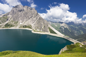Bergsee mit Bergen u. Himmel