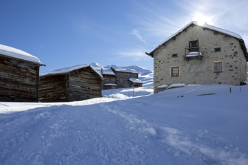 Verschneite Landschaft im Gebirge mit alten Häusern