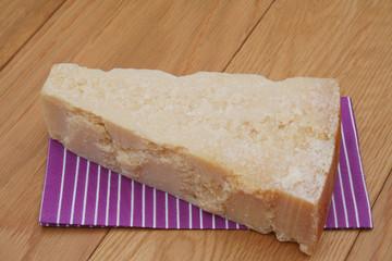 pezzo di formaggio grana su tavolo di legno