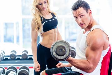 Mann und Frau bei Fitness Sport mit Hanteln