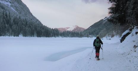 randonneur au lac de Montriond
