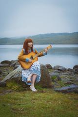 Девушка с гитарой на природе
