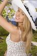 canvas print picture - Glückliche junge Frau im Sonnenschein