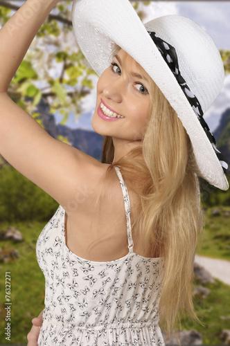 canvas print picture Glückliche junge Frau im Sonnenschein