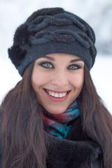Зимний портрет молодой красивой девушки