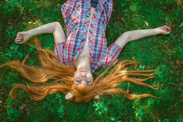 Девушка лиса на траве