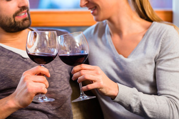 Paar trinkt zuhause Wein