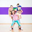Leinwanddruck Bild - Kinder trainieren Zumba Fitness in Tanzschule