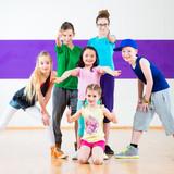 Fototapety Kinder trainieren Zumba Fitness in Tanzschule